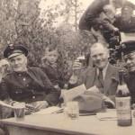 von links: Johannes Scharfenberg, der Schuljunge Udo Neumann, Musikleiter Otto Carsten in Zivil, Willi Nagel, oben im Hintergrund: Arthur Hack mit Ehefrau Gertrud und Sohn Burkhard