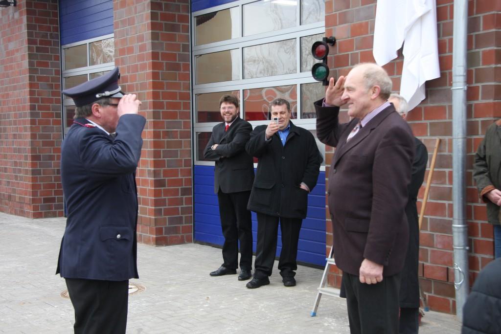 Der Gemeindewehrführer macht Meldung beim Bürgermeister Heinz Näveke