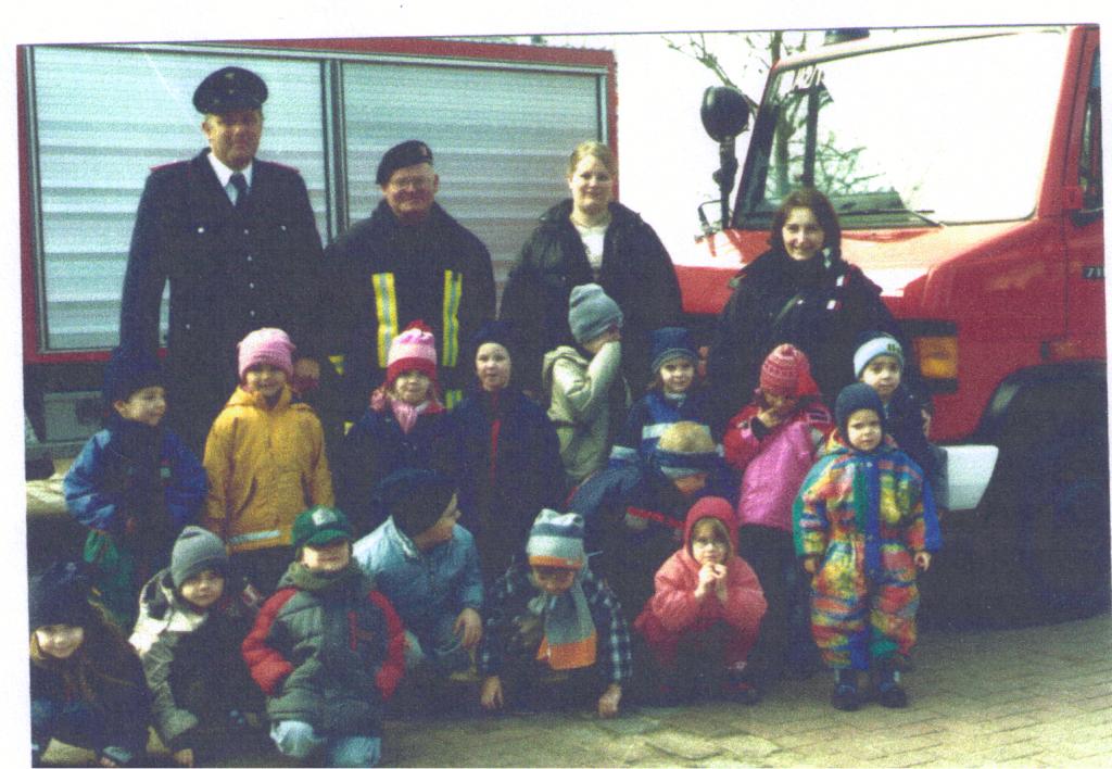 Hinten von Links: J.Maaß, H.Schoeneck, J.Bartheidel, M.Nowak Im Bild vorne: Die Kiga -Gruppe