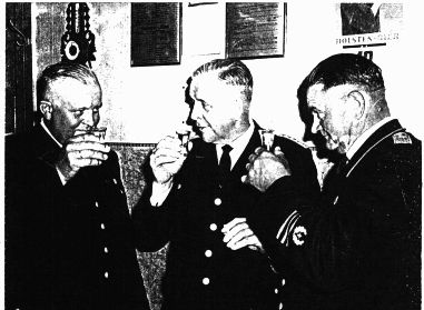 von links: Stellv. Wehrführer Bruno Peters, Kreisbrandmeister Bernhard Peters, Amtswehrführer Johannes Hack